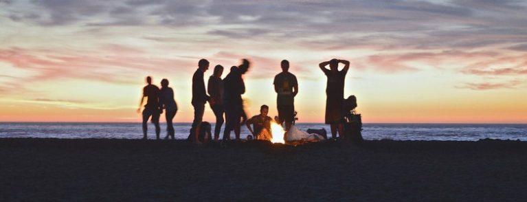 Zie je je collega's vaker dan je familie en vrienden - feesten op het strand - Viteau Voel Je Goed