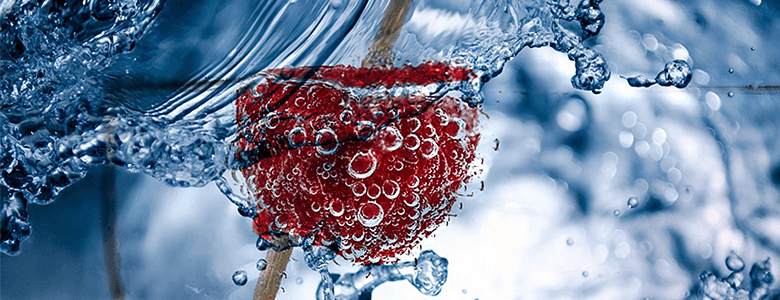 Betrokken medewerkers door bruisend water